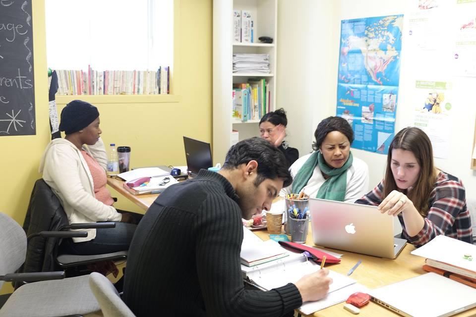 L'École des parents est un projet soutenu par la Table, afin d'encourager la réinsertion scolaire ou professionnelle des parents et par conséquent, d'influencer la persévérance scolaire de leurs enfants.